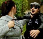 Frau wehrt Angreifer ab+